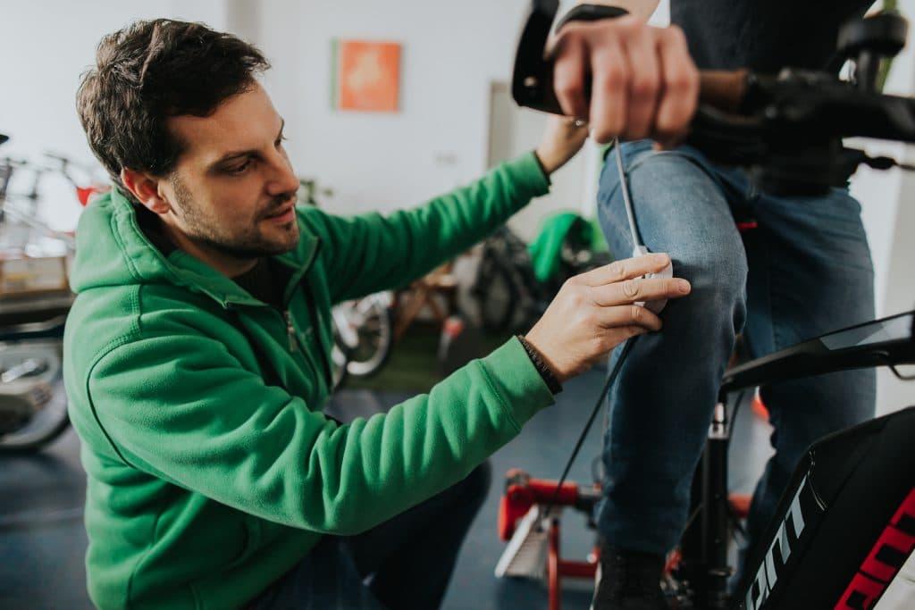 Ein e-motion Experte schaut sich die genauen Maße des e-Bikes und des Kundes an, um das e-Bike perfekt auf den Kunden abzustimmen.