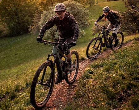 Zwei e-Mountainbikes Berg hoch