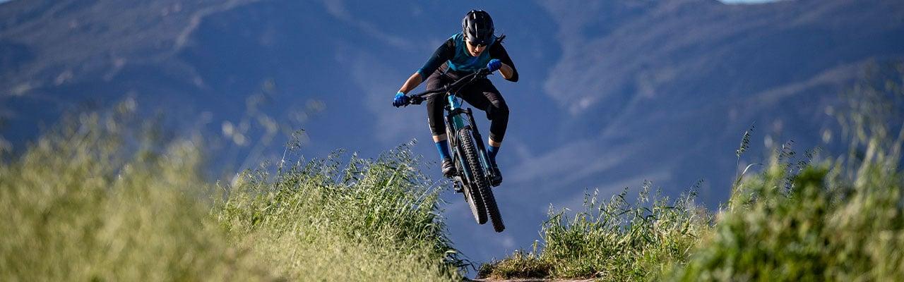 Eine Frau springt auf einem Liv e-Bike