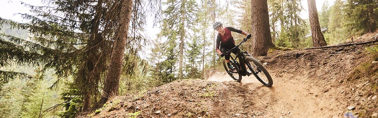 Eine Frau auf einem Liv e-Bike im Wald