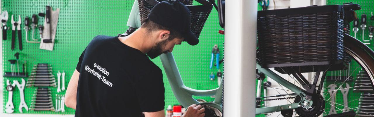 Service Mitarbeiter arbeitet in der e-motion Werkstatt