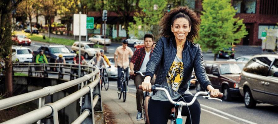 Viele Personen fahren auf Electra e-Bikes durch die Stadt
