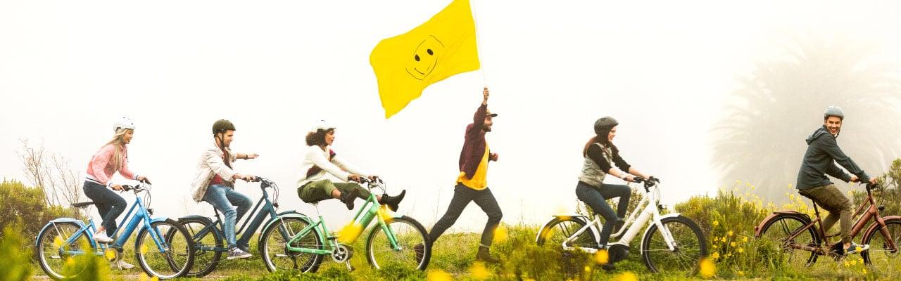Mehrere Personen in der Natur auf den Electra e-Bikes