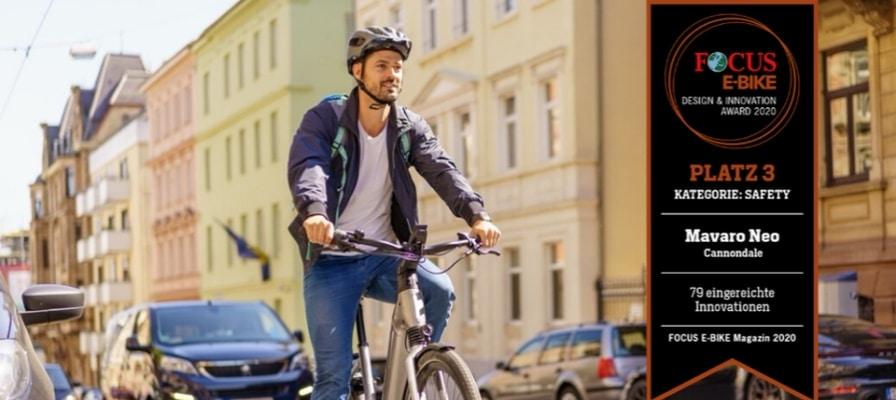 Mann auf e-Bike im Stadtverkehr