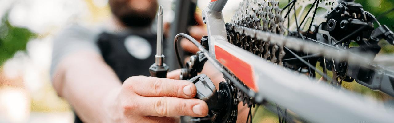 Mann tuned sein e-Bike