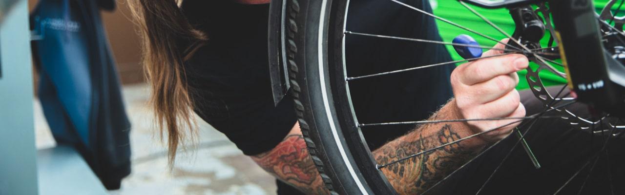 Ein Werkstattmitarbeiter checkt ein e-Bike