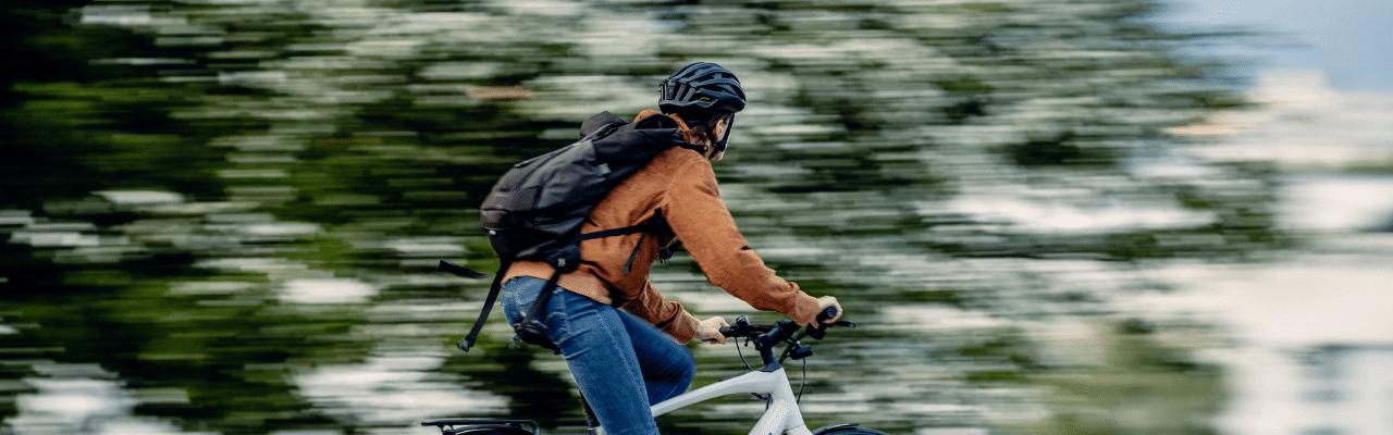 Frau fährt auf einem e-Bike durch die Stadt