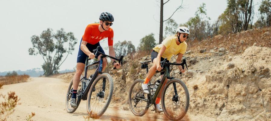 in junges Paar fährt auf den Cannondale Topstone Neo e-Bikes