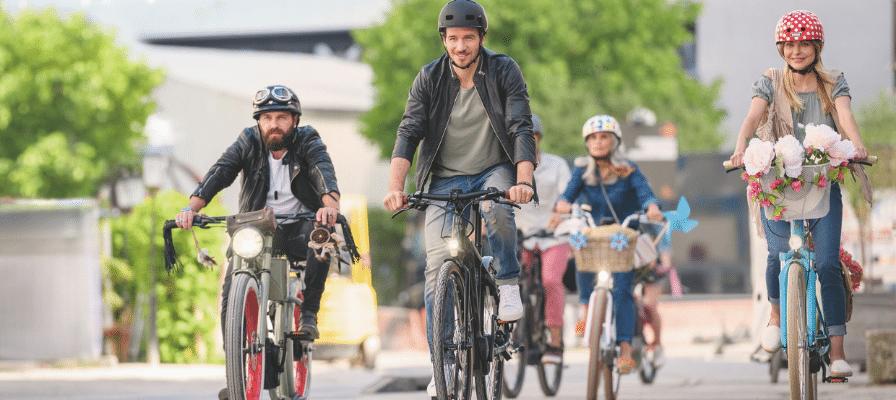 Verschiedene e-Bike Fahrer mit bunten Helmen und Modellen